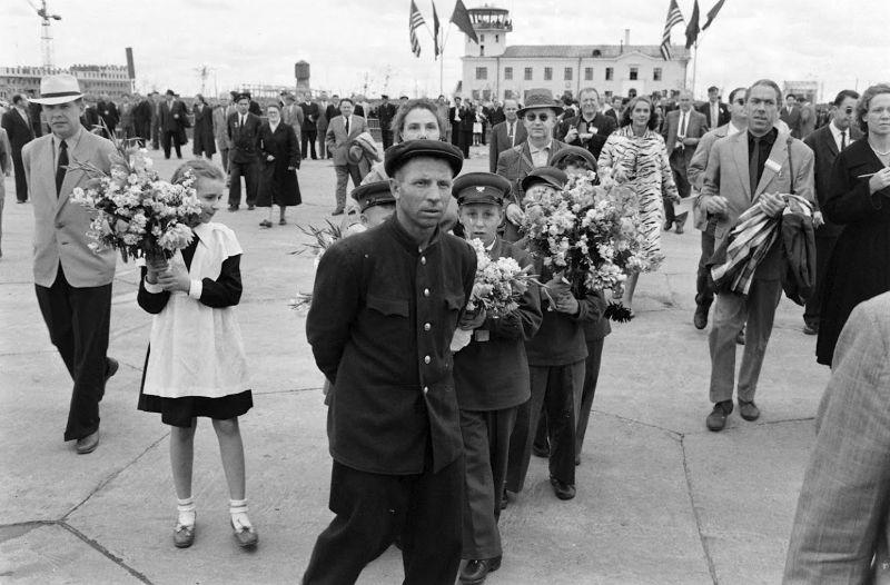 1Встреча Р. Никсона в аэропроту Новосибирска. ф. Howard Sochurek