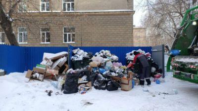 Мороз помешал вовремя вывезти мусор в центре Новосибирска
