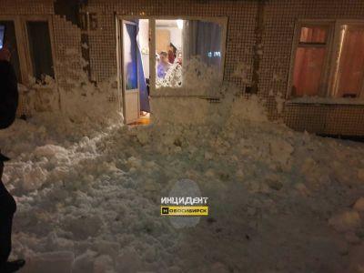 Тяжелый мокрый снег выбивает двери и проламывает крыши в Новосибирске