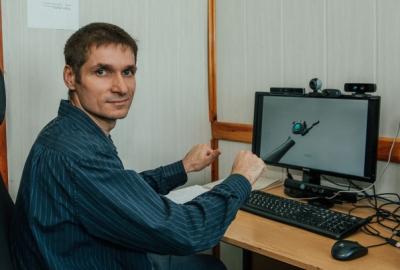 Глухой житель Новосибирска научил компьютер понимать язык жестов