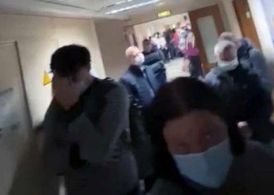 Сибирячка с COVID-19 сняла на видео огромную очередь к врачу