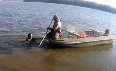 Сибирячка прыгнула в Обь, переплыла реку, отпихнула катер и обматерила полицию