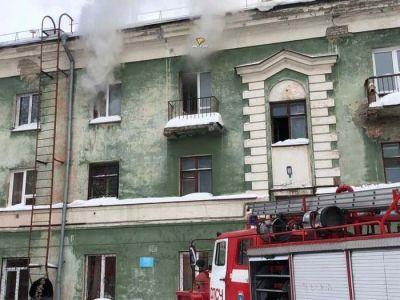 Жильцы выбежали из горящего дома в Новосибирске