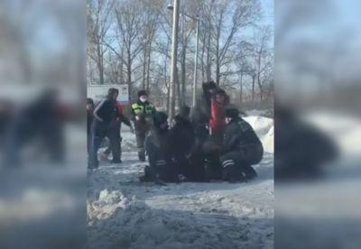 Буйная автомобилистка напала на полицейских в Сибири