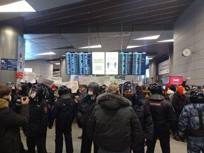 Силовики проводят зачистку аэропорта «Внуково» перед прилетом Навального