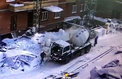 Рабочих чуть не прибило на стройке в Новосибирске
