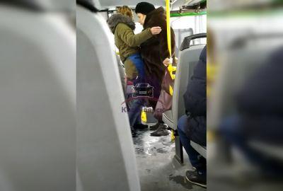 Кондуктор пинками вытолкала из автобуса сибирячку без маски