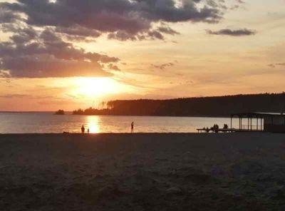 Мэрия прокомментировала горы мусора на пляже Академгородка