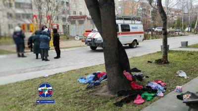В Новосибирске дети выбросили вещи из квартиры и убежали