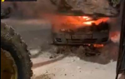 Погрузчиком и лопатами тушили горящий автомобиль новосибирцы