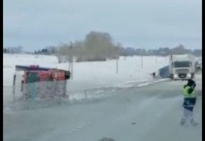 Ураганный ветер снес фуры на трассе под Новосибирском