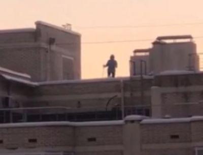 Лыжника заметили на крыше в Новосибирске