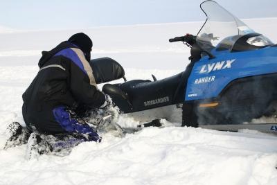 Спасатели вытащили из снега отца с ребенком