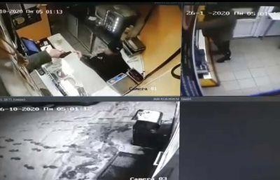 Не оставил ни копейки: грабитель забрал всю выручку у торговца из новосибирского павильона