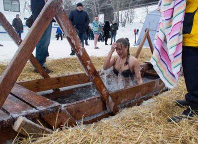 Ученые оценили вероятность заразиться COVID-19 во время крещенских купаний