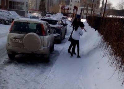 Автоледи на дорогих машинах подрались за узкий проезд