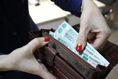 Зарплата новосибирцев «похудела» на 100 рублей