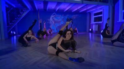 Стрип-танцовщица из Новосибирска показала, как красиво ползать по полу