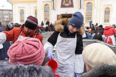 В храмах Новосибирска начали раздавать святую воду