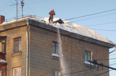 Новосибирцев предупредили о сходе снега с крыш