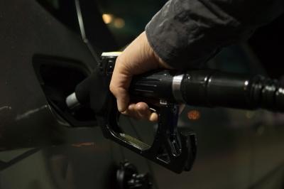 """НТС заявил о резком скачке цен на бензин, в правительстве сказали: """"Рано"""""""