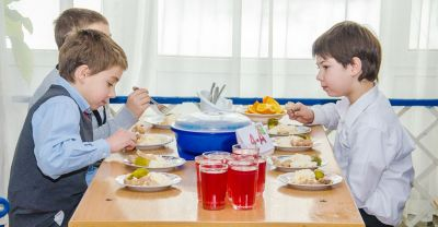 Просрочка на обед: школьников из Сибири кормили несвежими продуктами