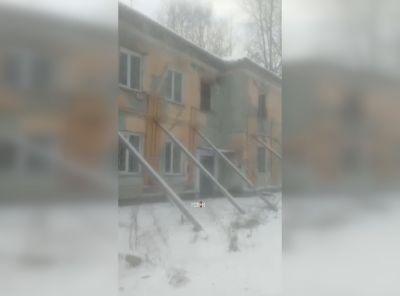 Как после бомбежки: аварийный дом в Новосибирске «починили» с помощью палок