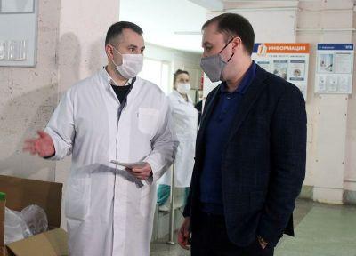 Депутат вручил кислородные концентраторы больнице Новосибирска
