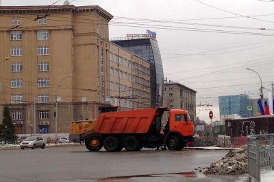 Тающий снег убирают в центре Новосибирска