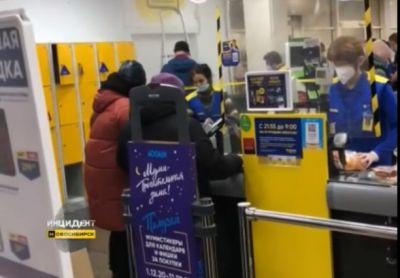 Новосибирцы столпились в очереди в затопленном магазине «Лента»