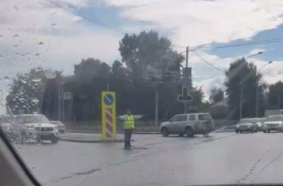 Инициативный новосибирец разгрузил пробку на перекрестке в Новосибирске