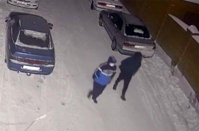 Ночные «гости» с пистолетом ограбили женщину-продавца в Новосибирске