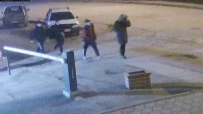 Банда молодежи нарочно сломала челюсть прохожему в центре Новосибирска