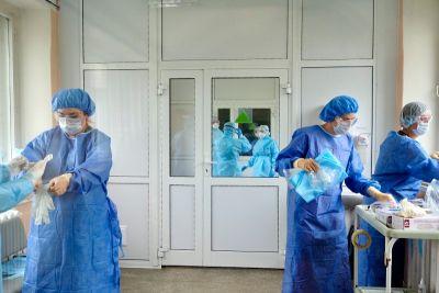 Коронавирусные выплаты медикам продлили на два месяца