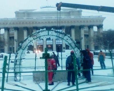 Главную елку Новосибирска устанавливают на площади Ленина
