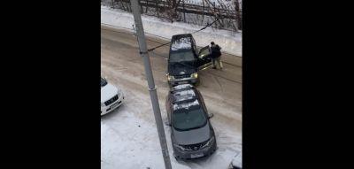 Автохам тросом оттащил автомобиль, чтобы встать на тротуаре