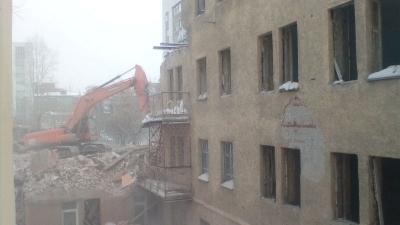 Вздрагиваем, как от взрыва: при сносе дома-коммуны трясутся соседние здания, новосибирцы боятся обрушения