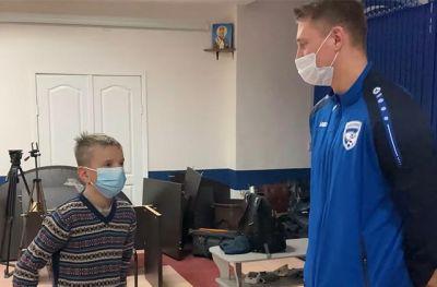 Футболисты «Новосибирска» сделали новогодний подарок мальчику-сироте