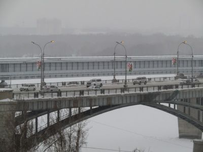 Фонари днем освещают мост в Новосибирске