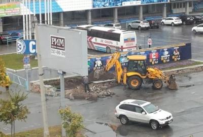 Экскаватор уничтожил клумбы у ЛДС «Сибирь» в Новосибирске