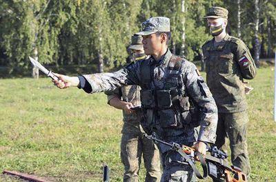 В Новосибирске китайцы показали владение лопатами и ножами