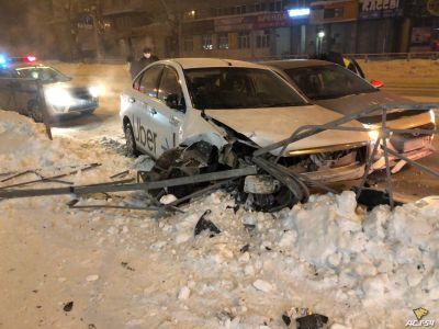 Таксист протаранил машину коллеги и устроил дебош в Новосибирске