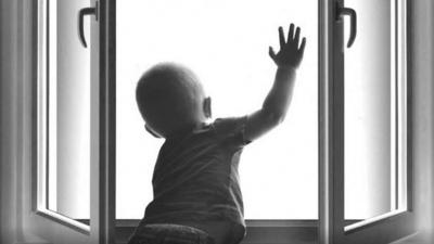 Годовалый мальчик выжил после падения из окна многоэтажки в Бердске