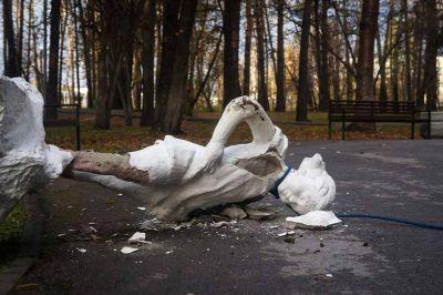 Вандалы надругались над скульптурой Татьяны в Новосибирске