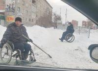 Инвалиды убирают снег в Искитиме: прокуратура начала проверку