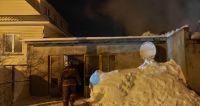 Пожилая женщина погибла в горящей пристройке к жилому дому