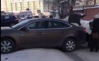 Автомобиль жительницы Новосибирска повис на ледяном сугробе