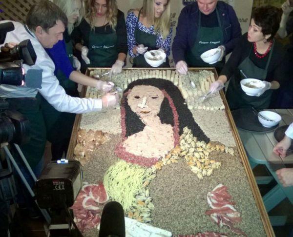 Сибиряки изготовили съедобную «Мону Лизу» из продуктов импортозамещения
