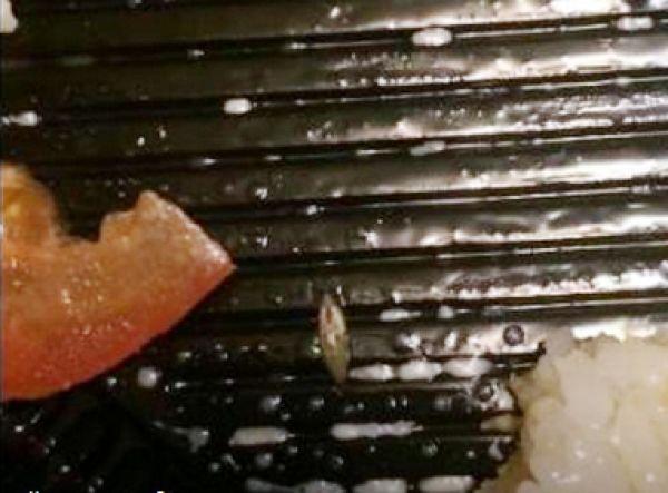 Девушка чуть не съела ролл с живым слизнем в Новосибирске