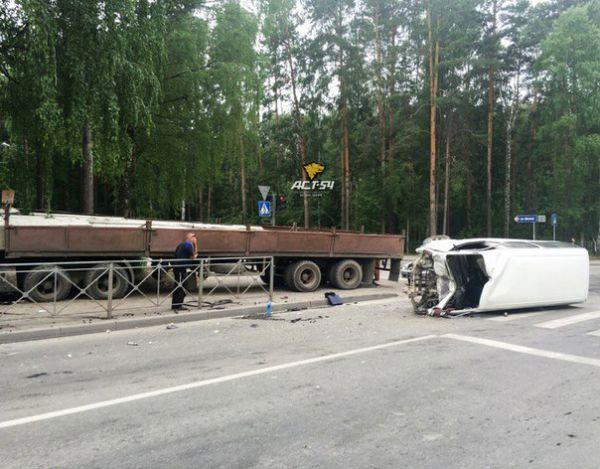 Подросток на самокате попал под КамАЗ, попавший в ДТП с микроавтобусом в Академгородке